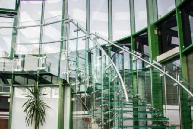 Nowocześnie produkowane schody szklane