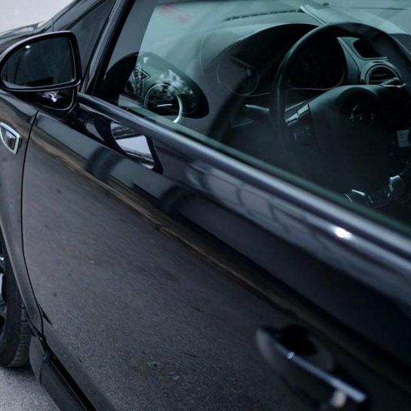 Usługi profesjonalnego oklejania samochodów folią